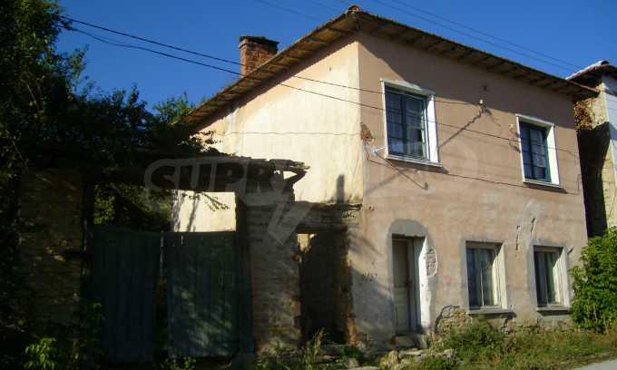 Двуетажна къща с двор в село на 35 км от Велико Търново  4