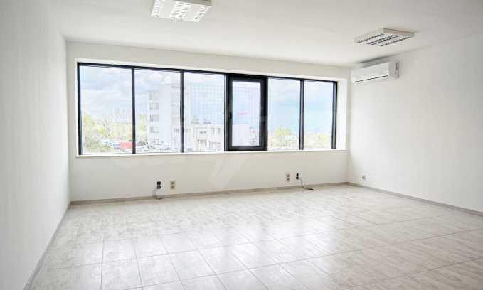 Просторен офис в представителна сграда на Околовръстен път 11