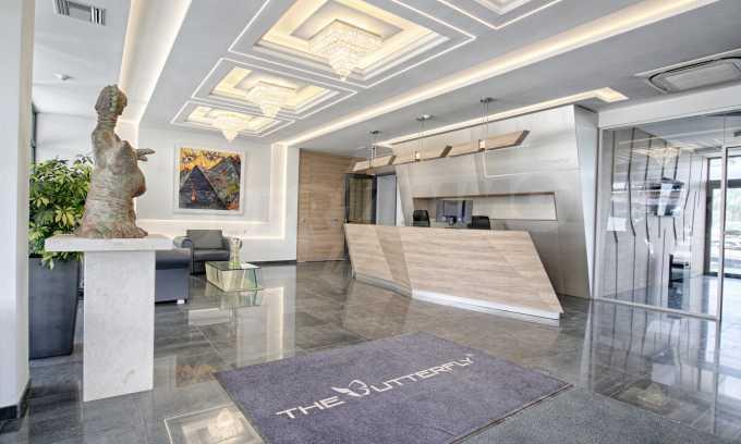 Просторен офис в представителна сграда на Околовръстен път 20