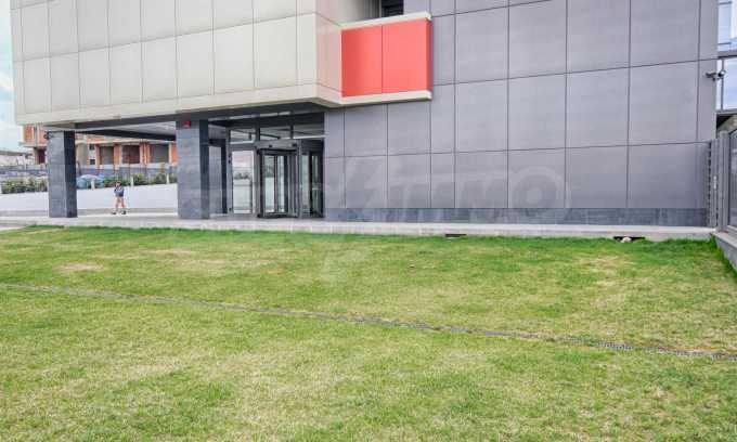 Просторен офис в представителна сграда на Околовръстен път 23