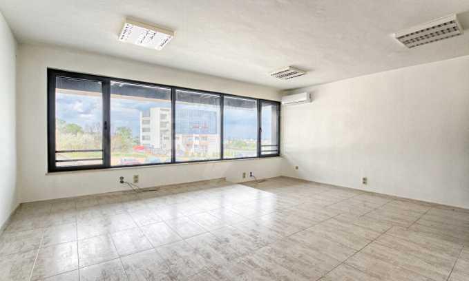 Просторен офис в представителна сграда на Околовръстен път