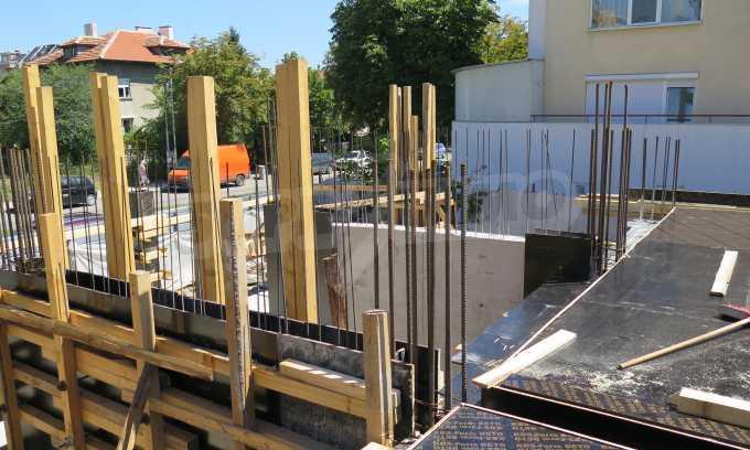 Новострояща се сграда с гаражи в добре развит квартал на София 10