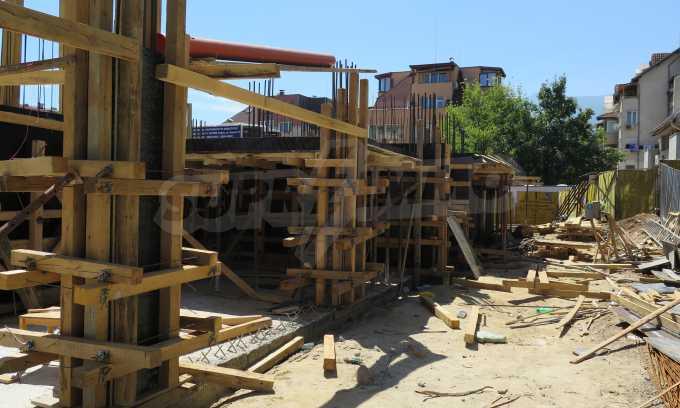 Новострояща се сграда с гаражи в добре развит квартал на София 14