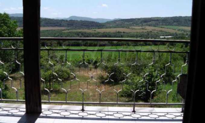 Двуетажна  къща с двор  в село на 11 км от Велико Търново  9