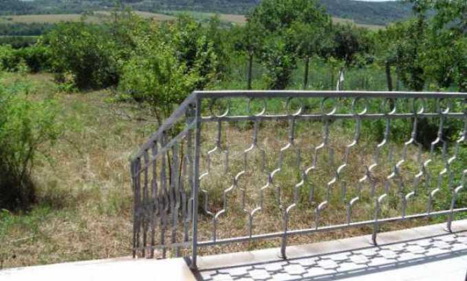 Двуетажна  къща с двор  в село на 11 км от Велико Търново  10