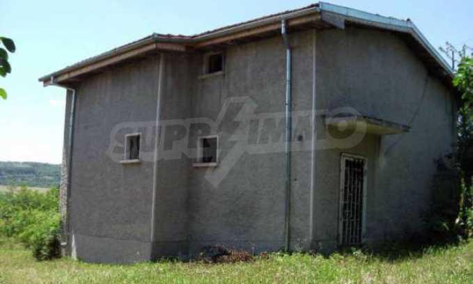 Двуетажна  къща с двор  в село на 11 км от Велико Търново  11