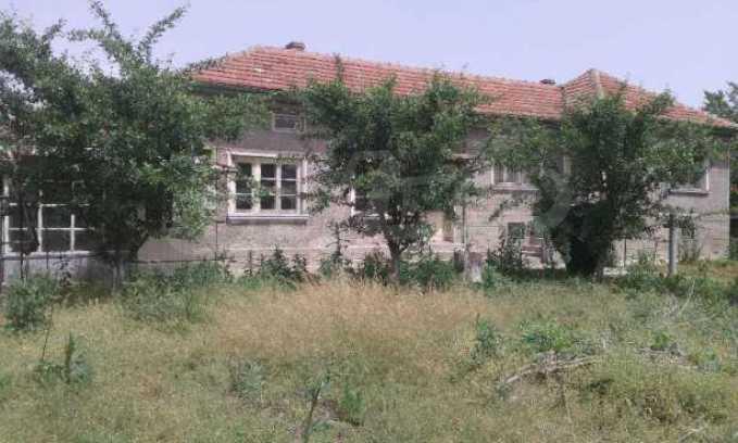 Двуетажна  къща в село на 12 км от Велико Търново