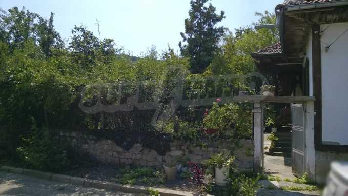 Чудесна едноетажна къща с в село до язовир  2