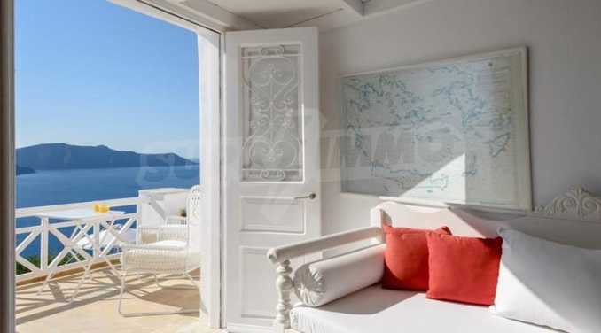 Романтична вила с приказни пейзажни на остров Санторини 5