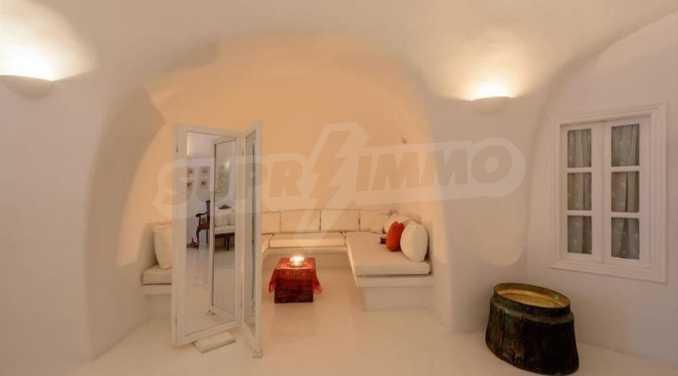 Романтична вила с приказни пейзажни на остров Санторини 12