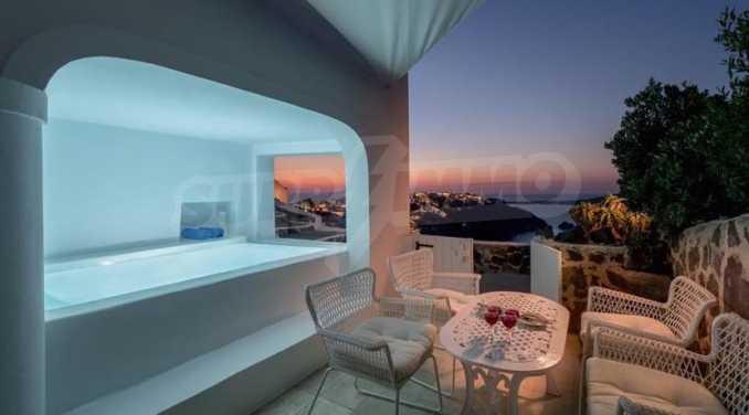 Романтична вила с приказни пейзажни на остров Санторини 20