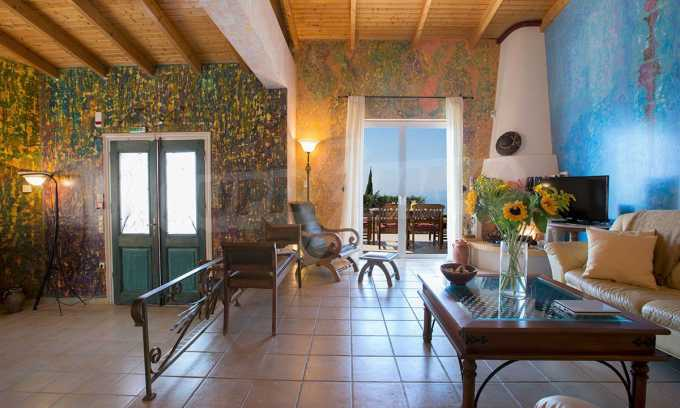 Moderne Villa mit einer künstlerischen Dekoration für die Liebhaber von Ruhe