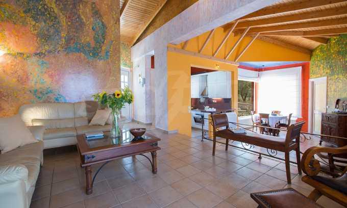 Moderne Villa mit einer künstlerischen Dekoration für die Liebhaber von Ruhe 1