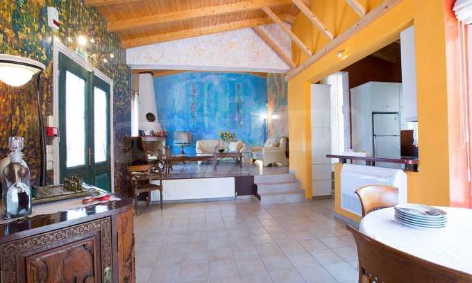 Moderne Villa mit einer künstlerischen Dekoration für die Liebhaber von Ruhe 2