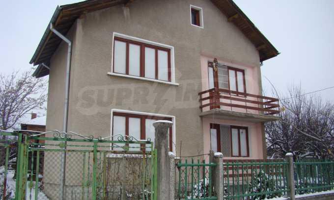 Двуетажна къща с голям двор, намираща се в спокойно село 1