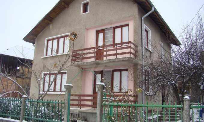 Двуетажна къща с голям двор, намираща се в спокойно село 2