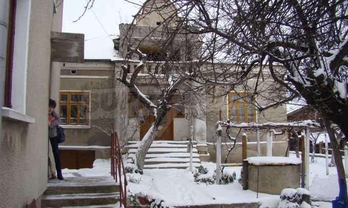 Двуетажна къща с голям двор, намираща се в спокойно село 3