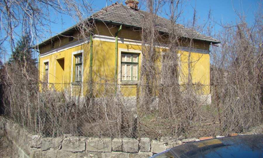 Zweistöckiges Haus in der Nähe vom Fluss Donau