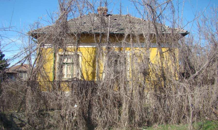 Zweistöckiges Haus in der Nähe vom Fluss Donau 11