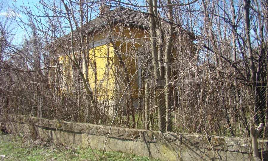 Zweistöckiges Haus in der Nähe vom Fluss Donau 14