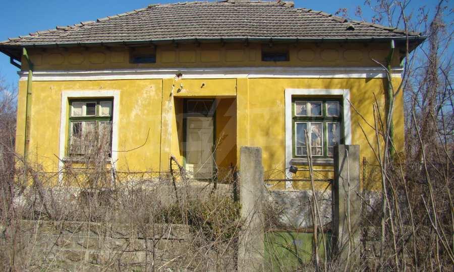 Zweistöckiges Haus in der Nähe vom Fluss Donau 1