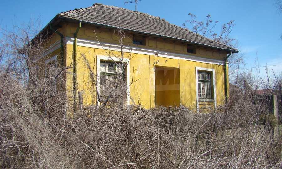 Zweistöckiges Haus in der Nähe vom Fluss Donau 2