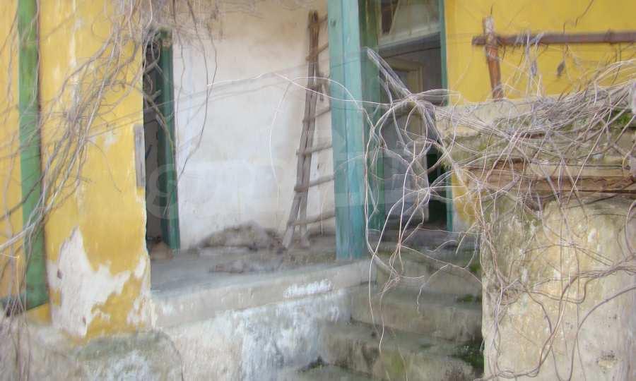 Zweistöckiges Haus in der Nähe vom Fluss Donau 3