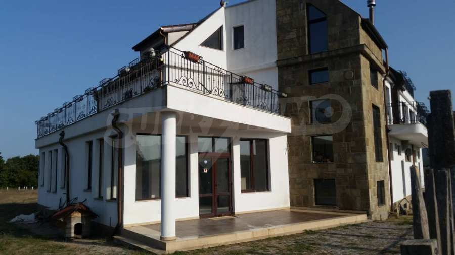 Neubau-Hotel vom Typ Residenz mit einem Lokal im Strandzha-Gebirge und neben Lozenets