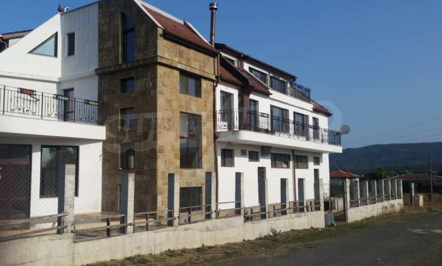 Neubau-Hotel vom Typ Residenz mit einem Lokal im Strandzha-Gebirge und neben Lozenets 3
