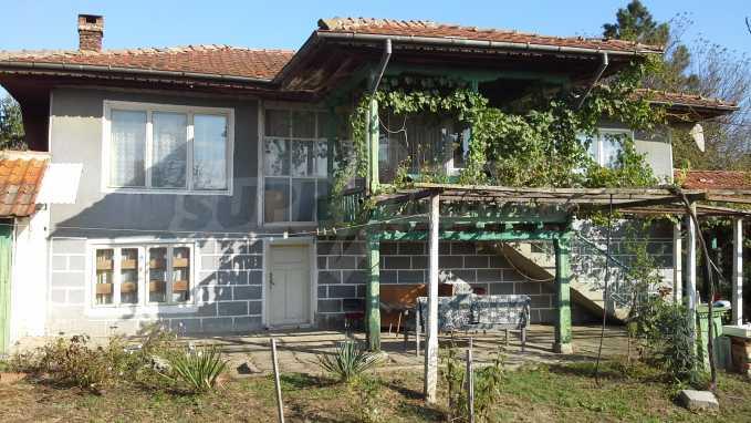Zweistöckiges Haus im Dorf in der Nähe von Warna