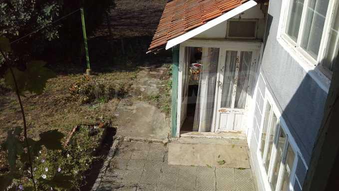 Zweistöckiges Haus im Dorf in der Nähe von Warna 3