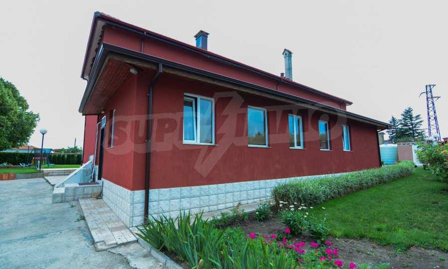 Luxuriöses Haus aus zwei gleichartigen Teilen im Dorf Kalimantsi neben Warna 9