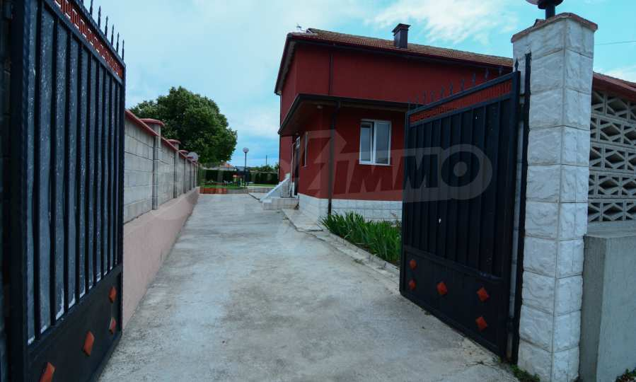 Luxuriöses Haus aus zwei gleichartigen Teilen im Dorf Kalimantsi neben Warna 11