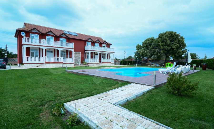Luxuriöses Haus aus zwei gleichartigen Teilen im Dorf Kalimantsi neben Warna 1