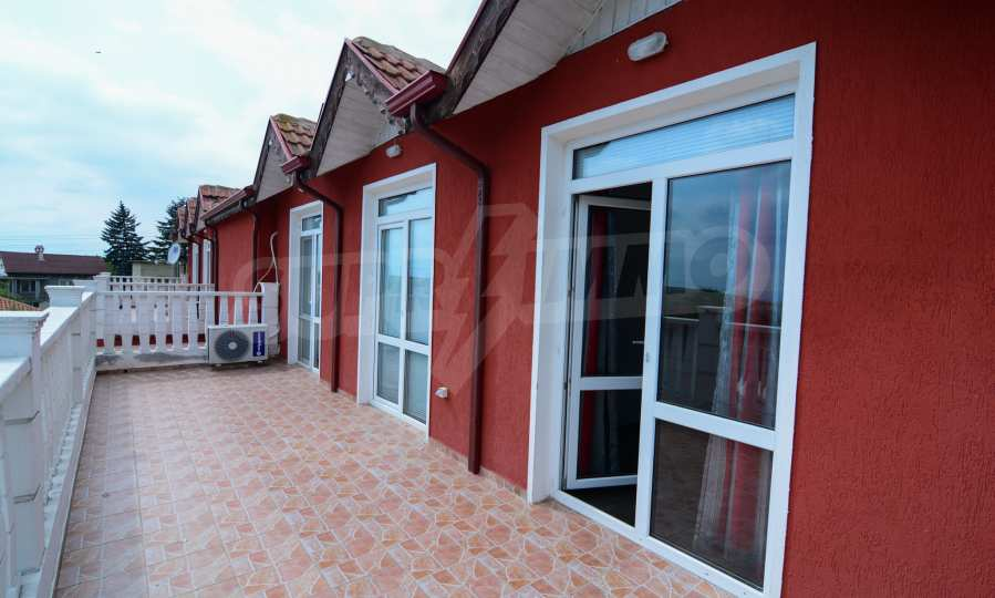 Luxuriöses Haus aus zwei gleichartigen Teilen im Dorf Kalimantsi neben Warna 25