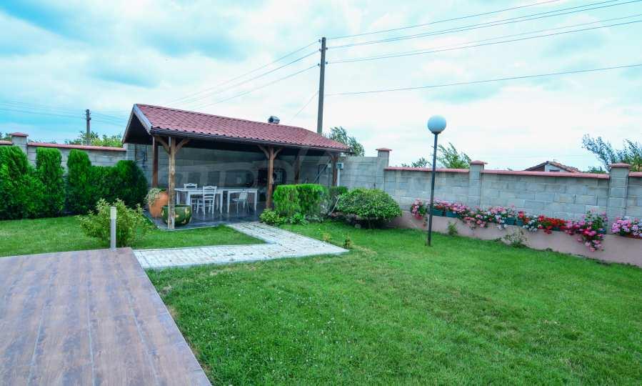 Luxuriöses Haus aus zwei gleichartigen Teilen im Dorf Kalimantsi neben Warna 4