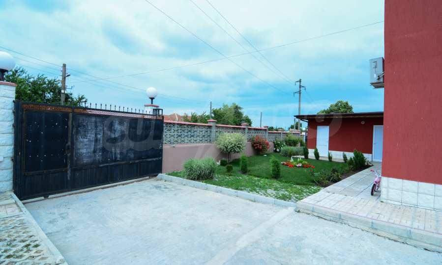 Luxuriöses Haus aus zwei gleichartigen Teilen im Dorf Kalimantsi neben Warna 8
