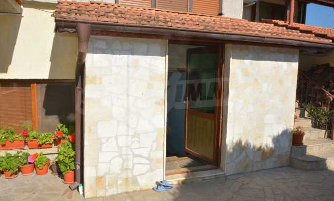 Breites Haus mit Geschäftsräumen neben der Stadt Swilengrad 15