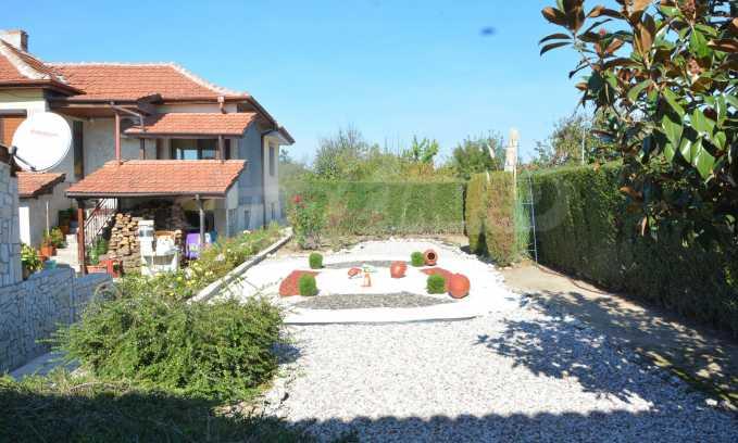 Breites Haus mit Geschäftsräumen neben der Stadt Swilengrad 53