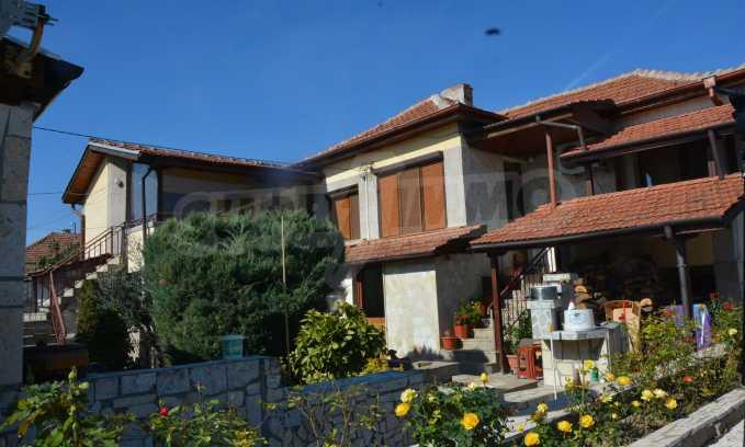 Breites Haus mit Geschäftsräumen neben der Stadt Swilengrad 54