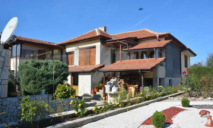 Breites Haus mit Geschäftsräumen neben der Stadt Swilengrad 55