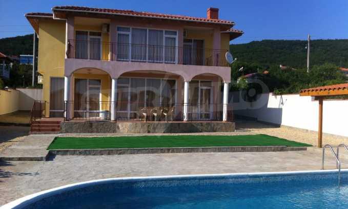 Schönes Haus mit Hof und Panorama-Aussicht auf Meer in Sweti Wlas