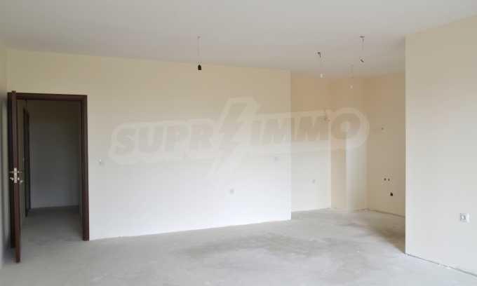Breites 3-Raum-Apartment in der Gegend Ewksinograd 8