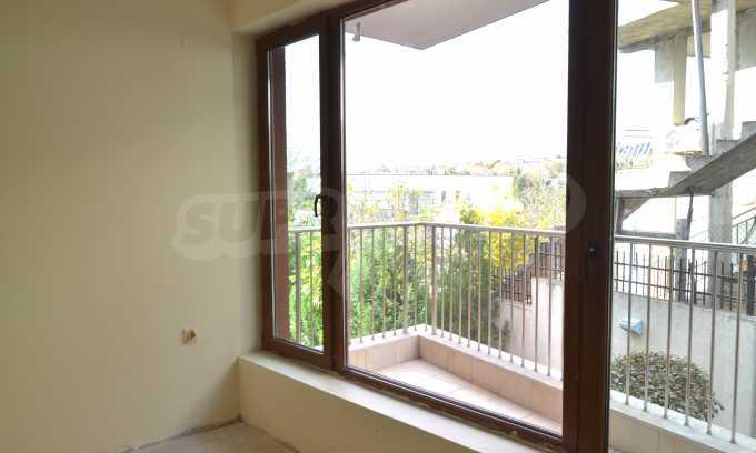Breites 3-Raum-Apartment in der Gegend Ewksinograd 15