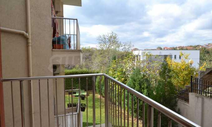 Breites 3-Raum-Apartment in der Gegend Ewksinograd 17