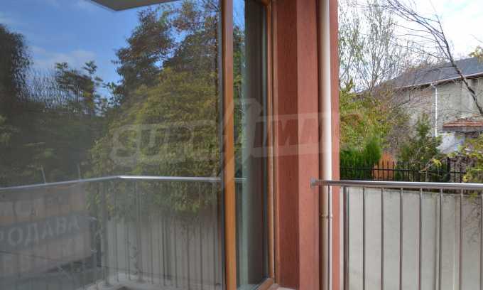 Breites 3-Raum-Apartment in der Gegend Ewksinograd 18