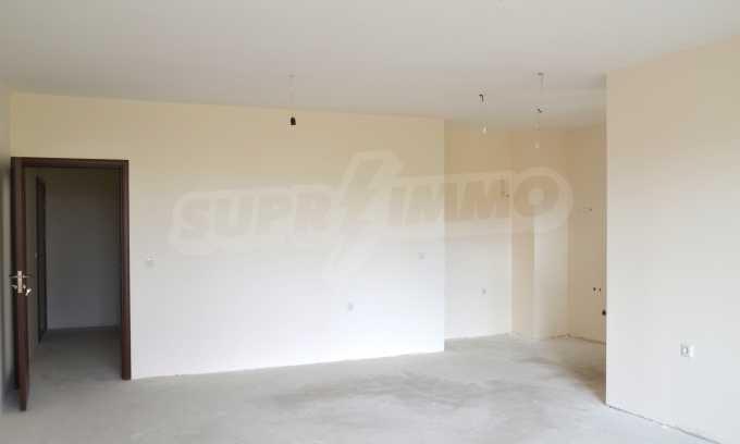 Breites 3-Raum-Apartment in der Gegend Ewksinograd 19