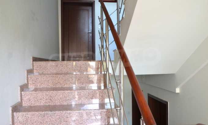 Breites 3-Raum-Apartment in der Gegend Ewksinograd 4