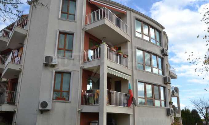 Breites 3-Raum-Apartment in der Gegend Ewksinograd 3