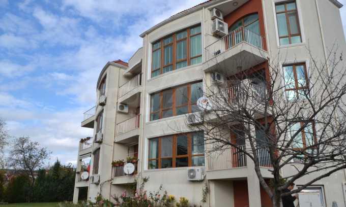 Breites 3-Raum-Apartment in der Gegend Ewksinograd